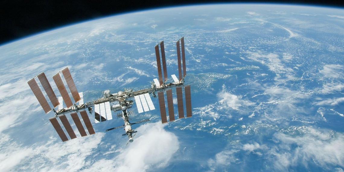К МКС приближается неизвестный космический объект