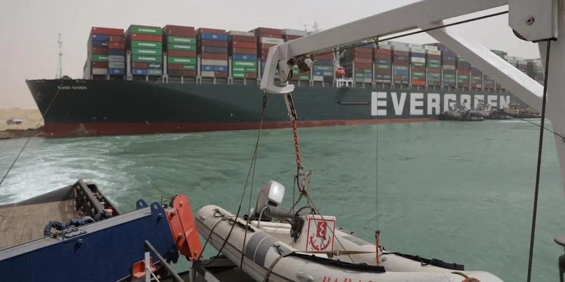 Российский спутник заснял контейнеровоз, перекрывший Суэцкий канал
