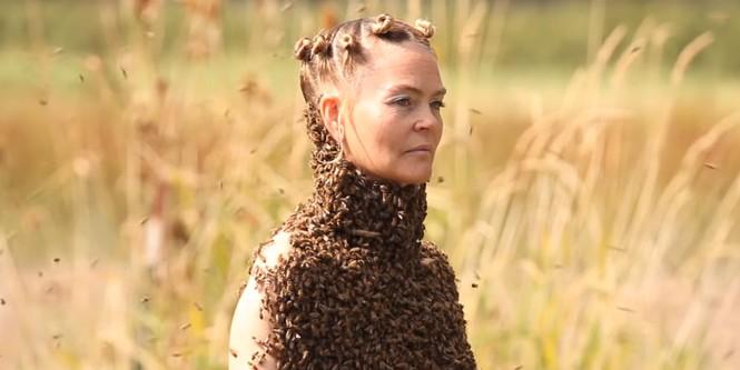 Американка исполнила танец с тысячами пчел