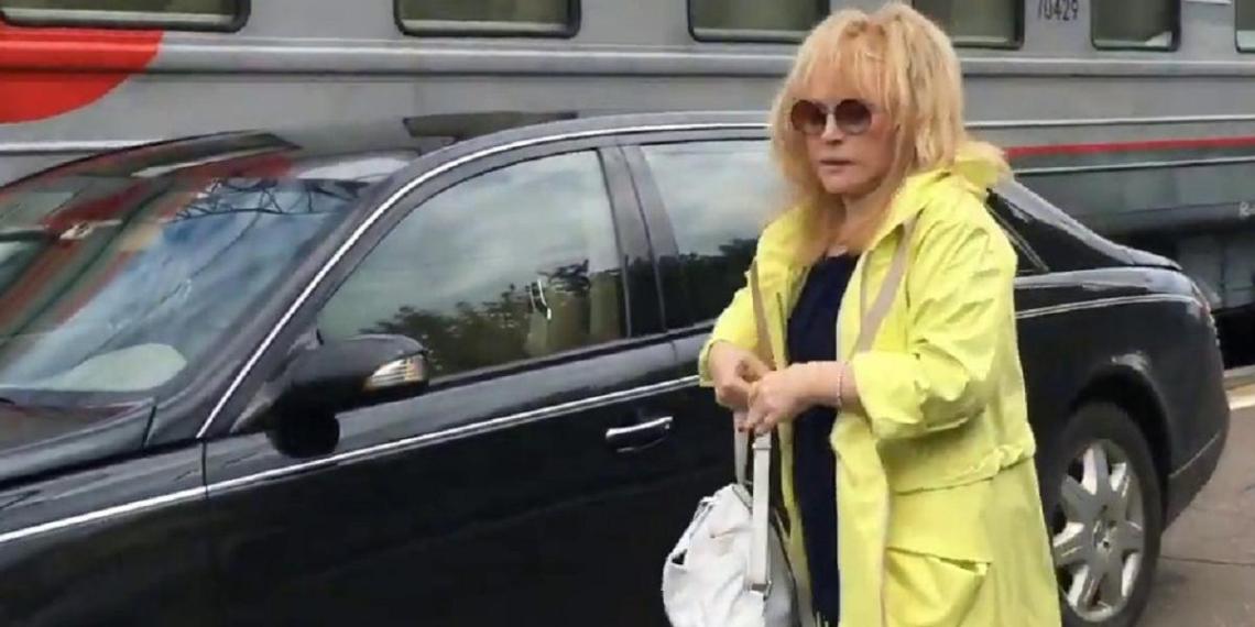 Полиция не стала наказывать Пугачеву за выезд на перрон Рижского вокзала