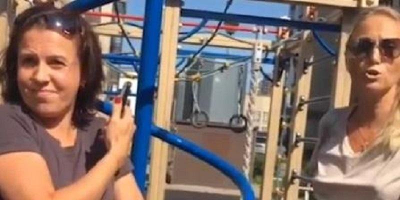 """""""Почему дети гуляют непонятно какие?"""": петербурженка прогнала с детской площадки ребенка-инвалида и попала на видео"""