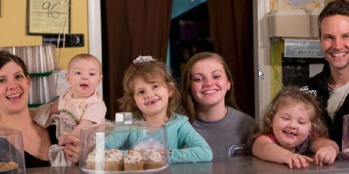 Родители-веганы разрешили своим детям бегать голыми и испражняться на пол в кафе