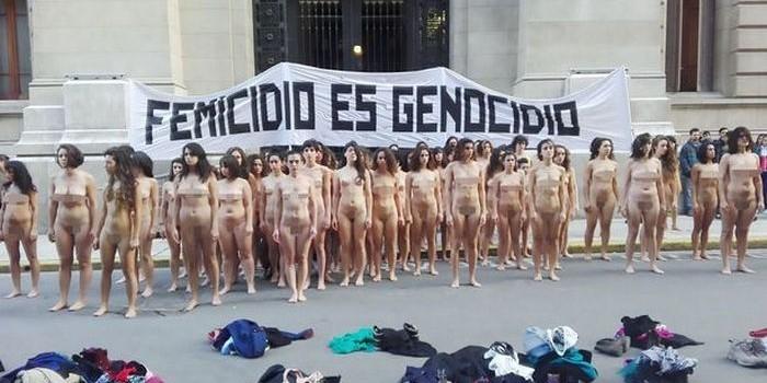 Сотня голых феминисток протестуют у резиденции президента Аргентины