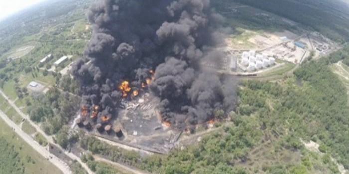 ГСЧС: Горящая нефтебаза под Киевом может взорваться