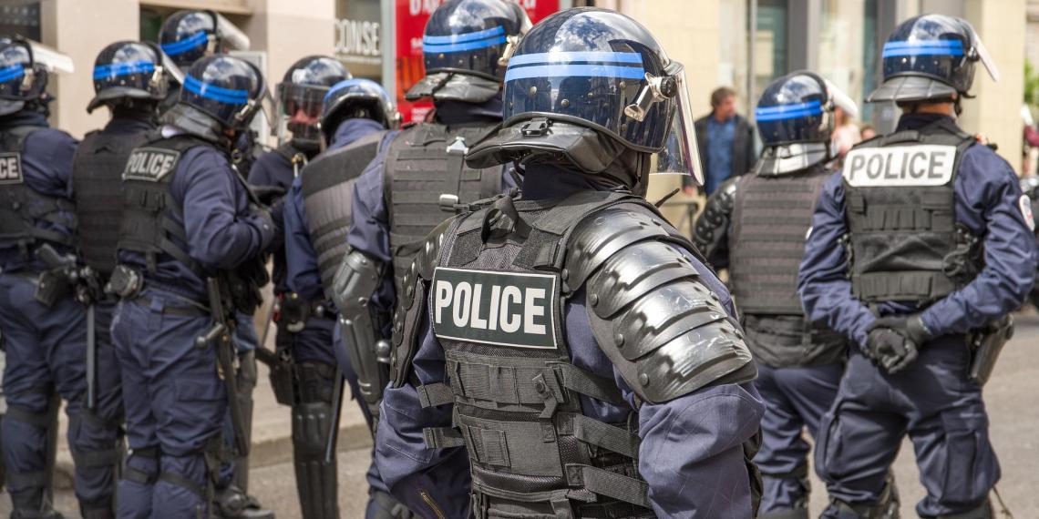 Полицейские во Франции применили слезоточивый газ против нарушителей комендантского часа