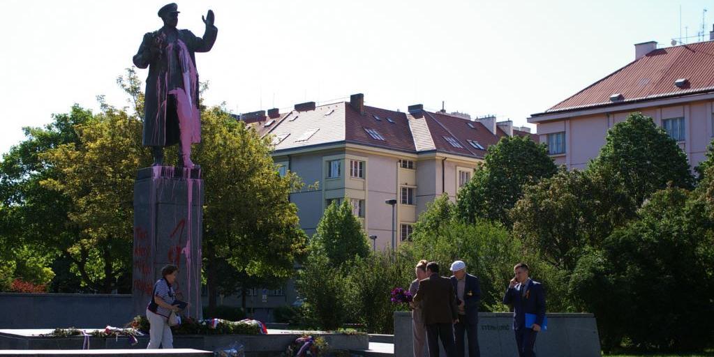 """""""Тот, кто ни разу не выстрелил"""": в Праге вандалы осквернили памятник маршалу Коневу"""