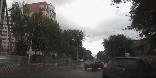 Рязанец влетел головой в строительный забор, перебегая дорогу
