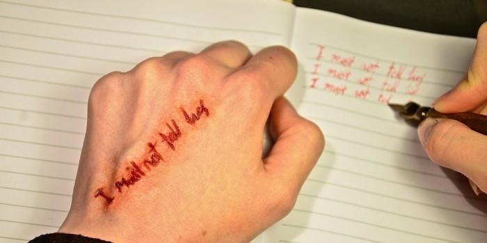 В Калужской области помешанный на правописании отец заставлял дочь колоть руки иглой