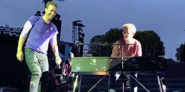 Лидер Coldplay позвал фаната на сцену и выступил с ним дуэтом перед тысячами зрителей