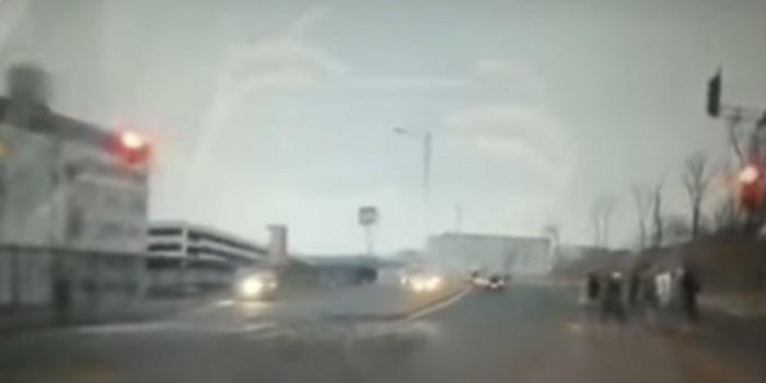 Наезд неопытной автоледи на пешеходов во Владивостоке попал на видео