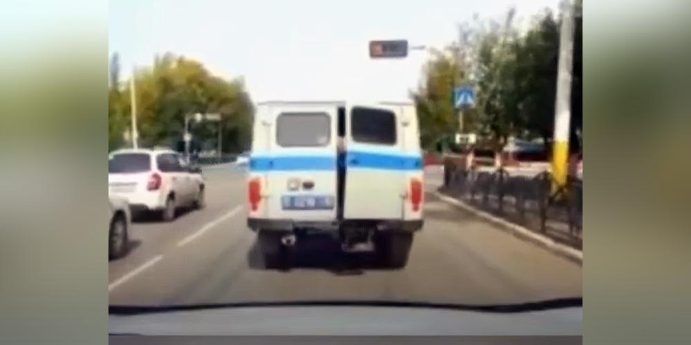 Дерзкий побег задержанного из полицейской машины сняли на видеорегистратор