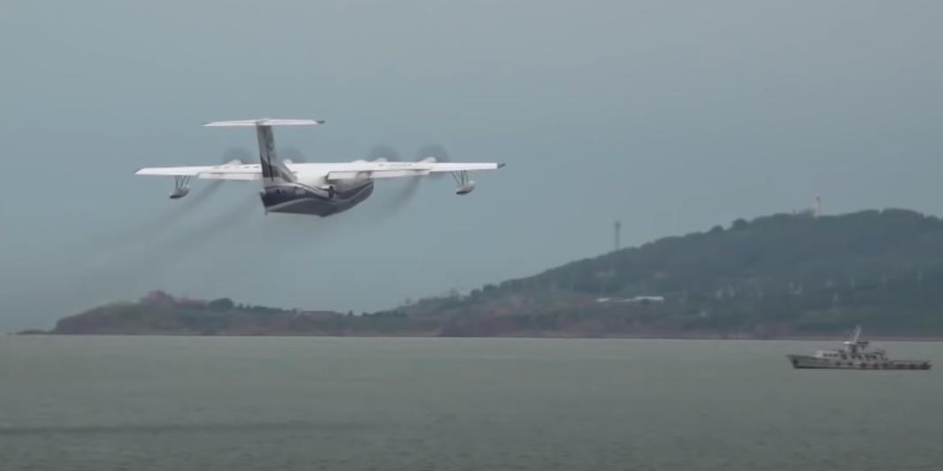 В Китае испытали крупнейший в мире гидросамолет