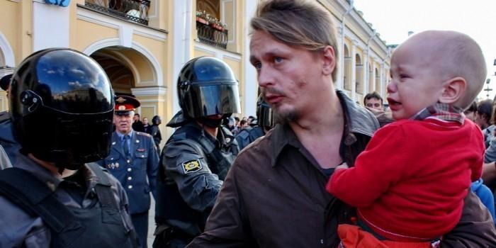 """Прокуратура Праги выдала ордер на арест лидера группы """"Война"""""""