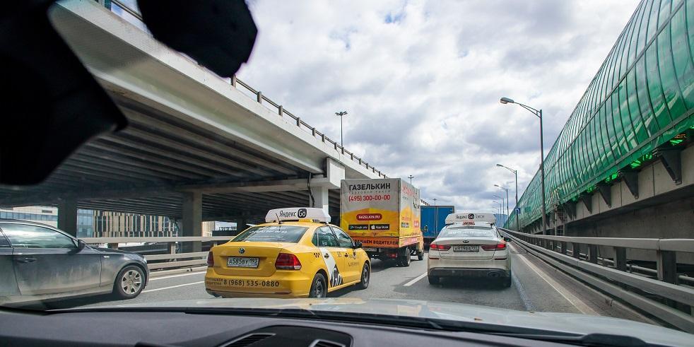 В Москве запретили агрегаторам такси нанимать водителей с иностранными правами