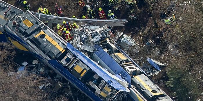 В Германии два поезда столкнулись из-за того, что диспетчер играл в мобильный телефон