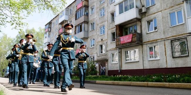Бессмертный полк, Окна Победы и песни на балконах: как россияне отметили великий праздник в условиях самоизоляции