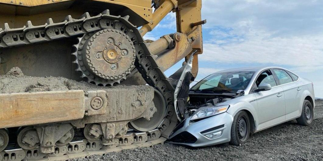 """Трактор """"Норникеля"""" раздавил машину прокуроров, приехавших на место незаконного слива отходов"""