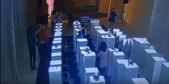 Неуклюжая девушка повредила объекты искусства на $200 тысяч из-за селфи