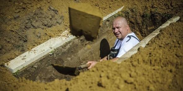 В Венгрии прошел конкурс по рытью могил на скорость