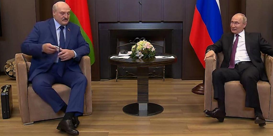 Лукашенко рассказал, что находилось в чемодане, взятом на встречу с Путиным