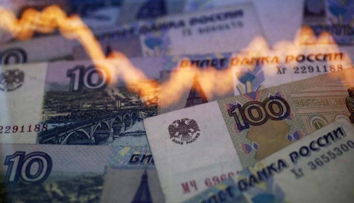 Bloomberg: падение рубля наполняет бюджет РФ
