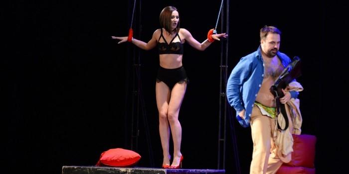 Бузова разделась до нижнего белья прямо на театральной сцене