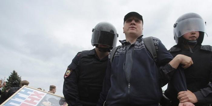Сотрудник ОМОН получил удар ножом в спину на митинге 12 июня в Петербурге