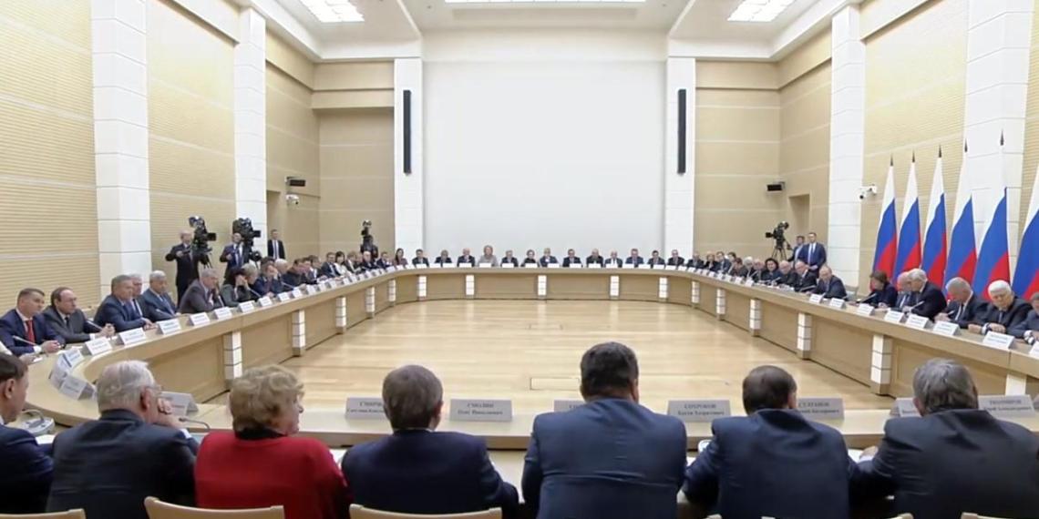 Президент России предложил провести голосование по поправкам в Конституцию в будний день и сделать его выходным