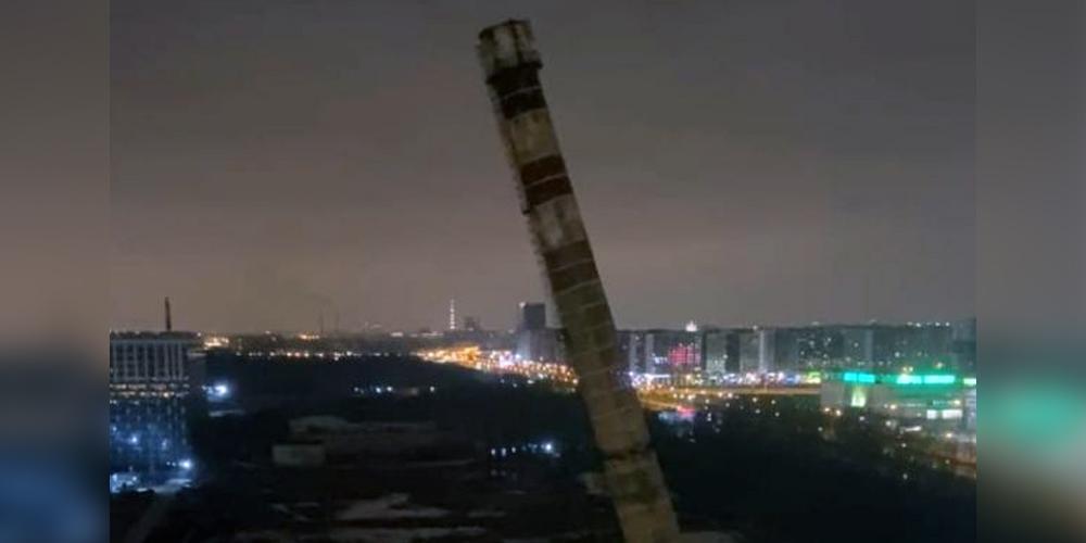 В Санкт-Петербурге труба сносимой котельной упала на автомобили